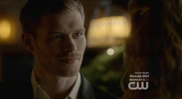 The Vampire Diaries S4x09 - Klaus smiles wryly at Caroline, both are ready to spit daggers