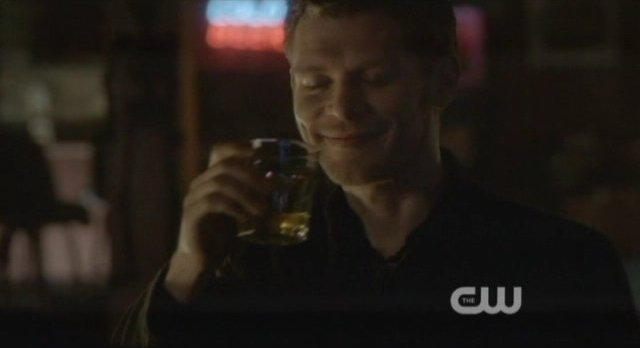 The Vampire Diaries S4x10 - Klaus is happy to kill the hybrids in the bar