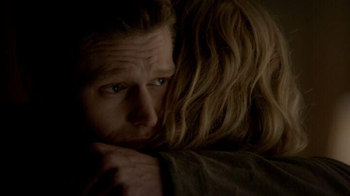 The Vampire Dairies S4x16 - Matt hugs Caroline