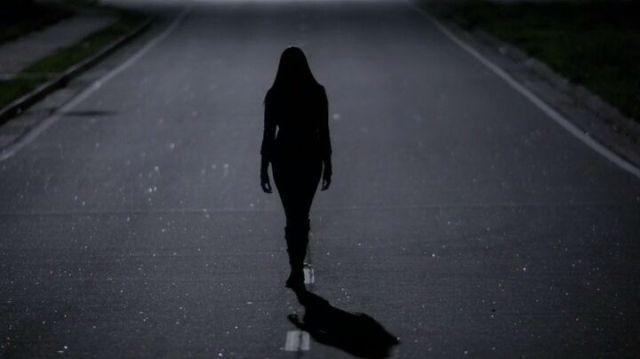 The Vampire Diaries S4x16 - Elena walking on the street at night, hunting