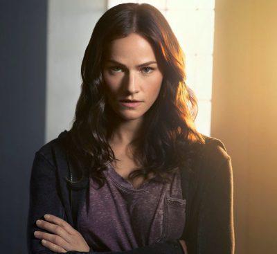 Van Helsing S1x01 Kelly Overton as Vanessa Van Helsing