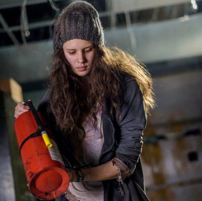 Van Helsing S1x01 Cynthia uses a fire extinguisher to dispatch Karen