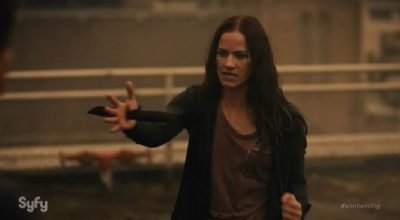 Van Helsing S1x01 Vanessa kills Ted with his own military knife buried in her hand