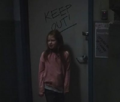 Van Helsing S1x06 Callie at the door that says keep out