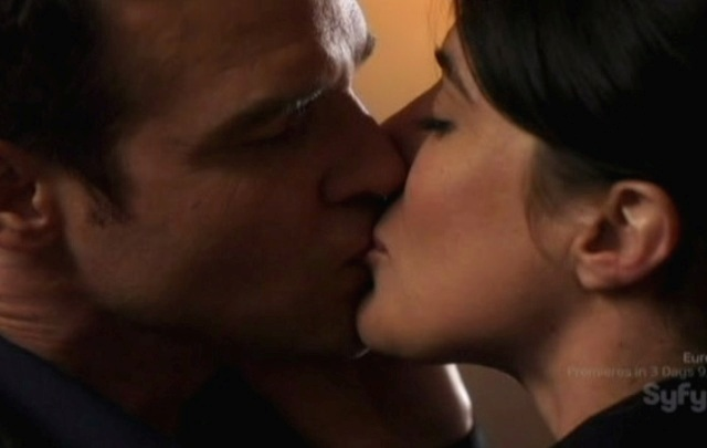 Warehouse 13 S2x01 - Pete kissing HG Wells